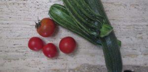 Colori della Salute: l'immagine rappresenta della verda 4 pomodori e zucchine