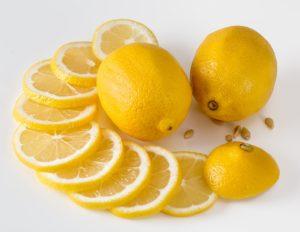 L'immagine mostra due limoni interi e un limone tagliato a fetta e rappresenta tra i colori della salute il giallo